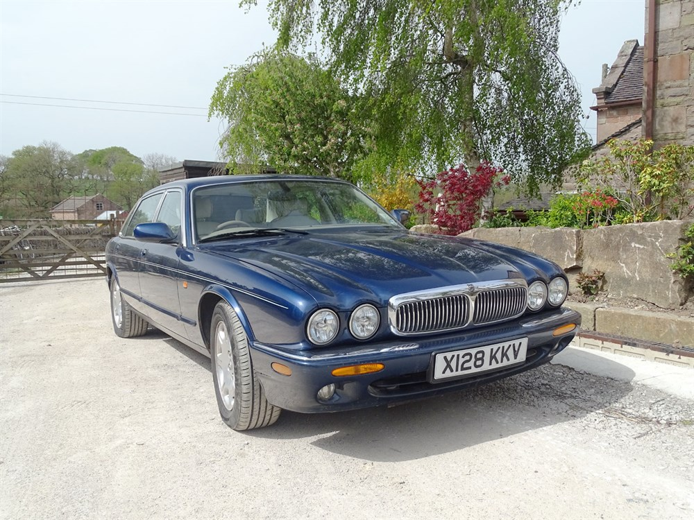 Lot 23 - 2000 Jaguar XJ8 4.0
