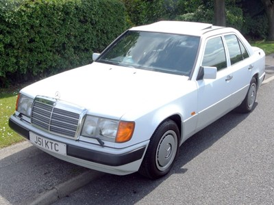Lot 87 - 1992 Mercedes-Benz 260 E